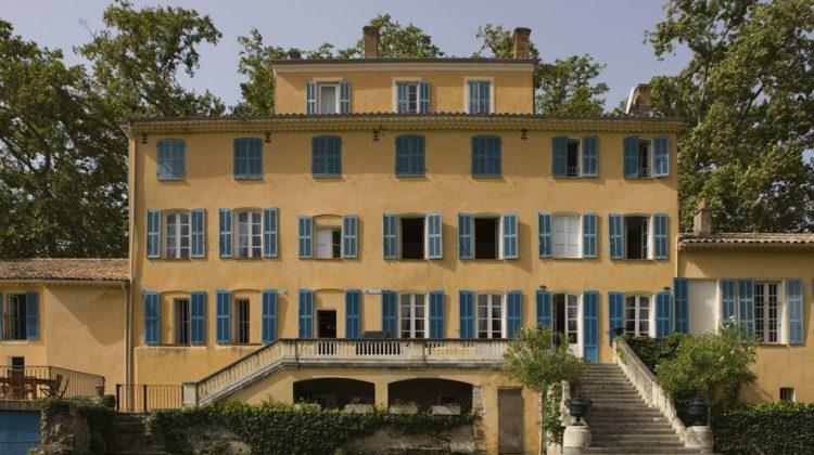 Château d'Esclans liegt in der Provence, 25 Kilometer vom Mittelmeer entfernt. Die Keller stammen aus dem 12. Jahrhundert, die Villa ist vor gut 150 Jahren in toskanischem Stil gebaut worden. Seit 2006 gehört Château d'Esclans (267 ha, 44 ha unter Reben) dem aus dem Bordelais stammenden Sacha Lichine, der sehr viel zur Steigerung des Rosé-Rufes beigetragen hat.