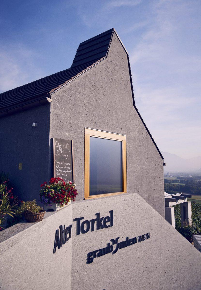 Um einen Neubau elegant verjüngt: der neue Alte Torkel. Mit genug Raum für Degustationen und Ausstellungen. Mit einer gemütlichen Weinwirtschaft und einladender Terrasse. (Foto: Gian Marco Castelberg)